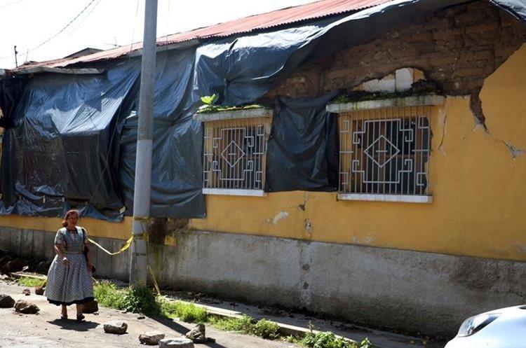 En la zona 1 de Quetzaltenango, aún hay varias viviendas afectadas por los últimos temblores. (Foto Prensa Libre: Carlos Ventura)