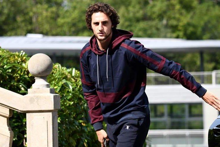 Adrien Rabiot a su llegada a la concentración de la selección francesa. (Foto Prensa Libre: AFP)