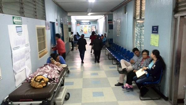 El Hospital San Juan de Dios, se declaró en alerta institucional y suspendió la atención de enfermos. (Foto Prensa Libre: E Ávila)