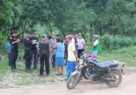 <p>Familiares de Douglas René Ramos Corado, de 23 años, llegaron al lugar para identificar el cadáver. (Foto Prensa Libre: Rigoberto Escobar)<br></p>