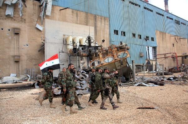 Soldados sirios recorrren Janaser que fue ocupada por el EI.