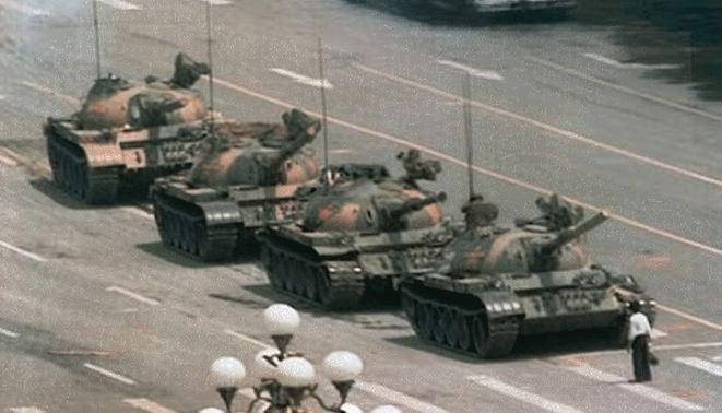 El hombre que se enfrenta a tanques del Ejército chino en la plaza de Tianamen, Pekín, dio la vuelta al mundo. El héroe anónimo protestaba porque momentos antes en un fatídico junio de 1989 el Ejército había masacrado a cientos de jóvenes.