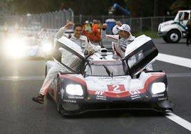 En el Porsche 919 Hybrid, Porsche 919 Hybrid, Earl Bamber, Timo Bernhard, Brendon Hartley y Kyle Wilson-Clarke celebran el triunfo. (Foto Prensa Libre: Porsche A.G.)