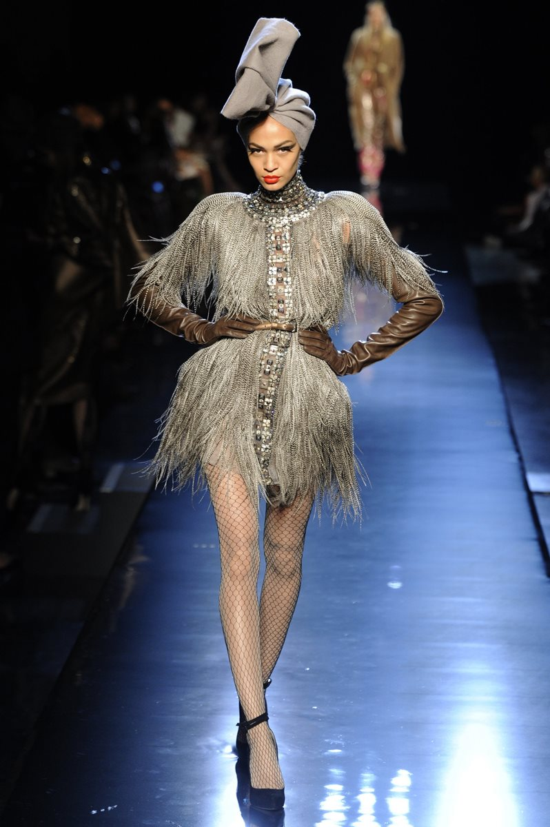 Las prendas de  Jean Paul Gaultier están llenas de detalles e ideas que toma a los lugares que visita. (foto Prensa Libre: AP).
