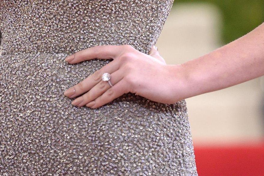 Kate Upton mostró su anillo de compromiso. (Foto Prensa Libre: AP)