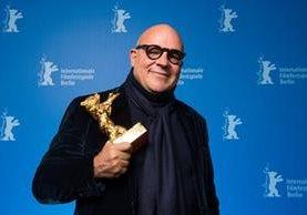 Gianfranco Rosi posa con el Oso de Oro en la Berlinale (Foto Prensa Libre: EFE).