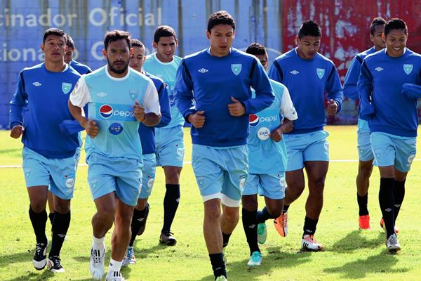 Carlos Ruiz encabeza el entreno de la selección nacional mayor de futbol de Guatemala. (Foto Prensa Libre: Edwin Fajardo)