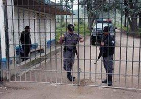 Guardias del Sistema Penitenciario en el ingreso de la prisión de Cantel, Quetzaltenango, donde un reo apareció muerto este sábado. (Foto Prensa Libre: Carlos Ventura)