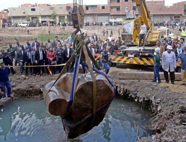 Las piezas de la estatua se encontraron en aguas subterráneas y barro. EPA