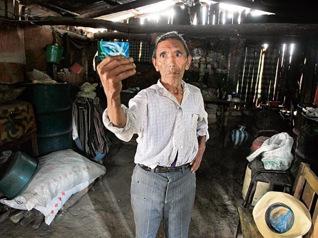 Santos Estrada, de 73 años y quien padece sordera, es uno de los nuevos beneficiarios de transferencia monetaria para alimentos. (Foto Prensa Libre: Esbin García)