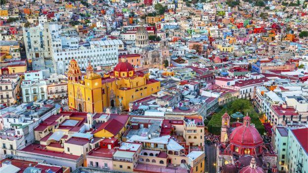 La edificación amarilla es la Basílica Colegiata de Nuestra Señora de Guanajuato, uno de los edificios más emblemáticos de la ciudad. ISTOCK / GETTY IMAGES