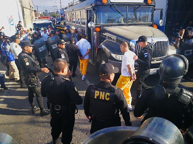 Las fuerzas de seguridad trasladan a tribunales a los menores que originaron el movimiento en el interior de la correccional Las Gaviotas.