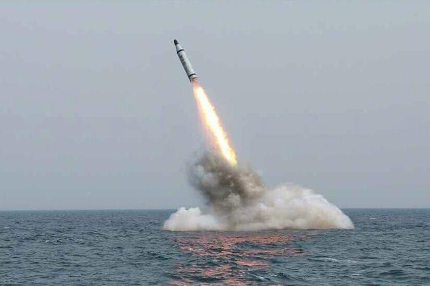 Imagen dela agencia Ynhap News, muestra el lanzamiento de un misil de corto alcance hecho desde un submarino. (Foto Prensa Libre: EFE).