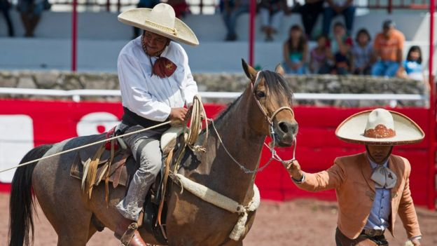 Los charros son jinetes que durante siglos se encargaron de la seguridad en haciendas y zonas rurales de México. AP