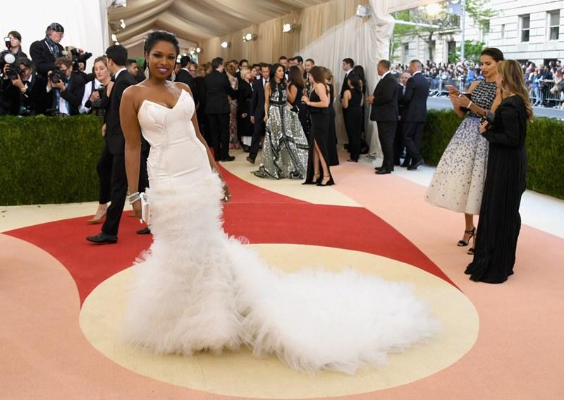 Jennifer Hudson llegó de blanco. (Foto Prensa Libre: AFP)