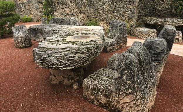 La mesa de coral tiene la forma del estado de Florida e incluye al lago Okeechobee, representado como agujero lleno de agua. BBC MUNDO