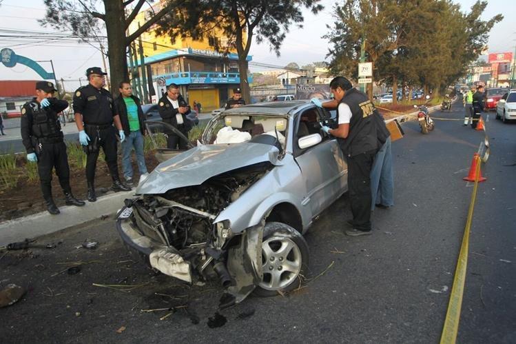 Vehículo accidentado en la zona 3 de Mixco, donde una persona murió. (Foto Prensa Libre: Érick Ávila)