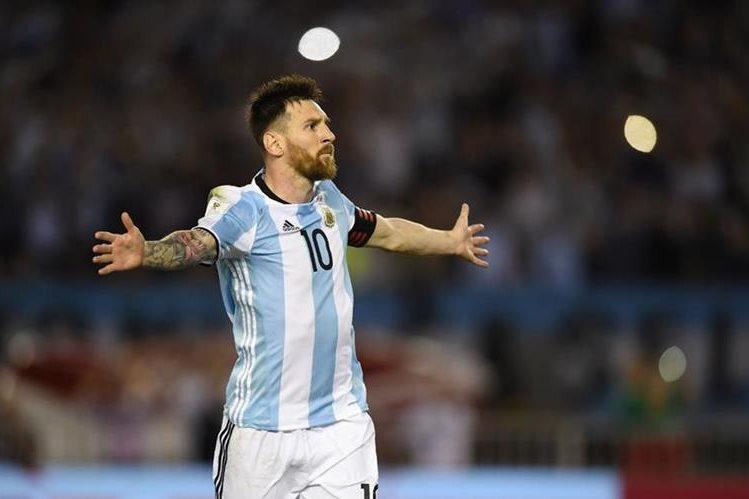 Leonel Messi celebra con los brazos abiertos después de anotar el gol del triunfo de Argentina. (Foto Prensa Libre: AFP)
