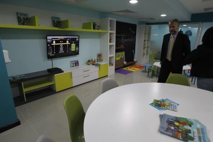 La sala de bienvenida tiene una capacidad para atender a 150 personas por día, según autoridades de migración (Foto Prensa Libre: Paulo Raquec)