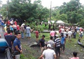 Socorristas resguardan el lugar donde dos estudiantes murieron arrollados, en El Asintal, Retalhuleu. (Foto Prensa Libre: Jorge Tizol)