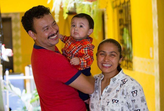 Cheili González posa junto a su esposa Douglas y su pequeño hijo Emiliano. (Foto Prensa Libre: Norvin Mendoza).