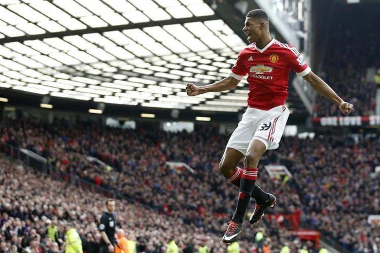 Este es el festejo del joven Marcus Rashford luego de marcar el primer gol contra el Arsenal. (Foto Prensa Libre: AP)