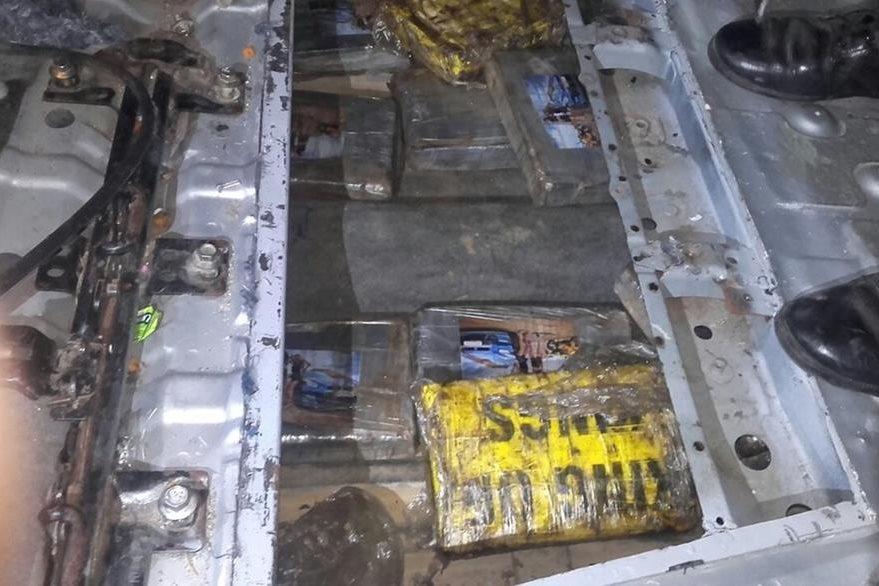 En un doble fondo se localizaron los 29 paquetes de droga. (Foto Prensa Libre: PNC)