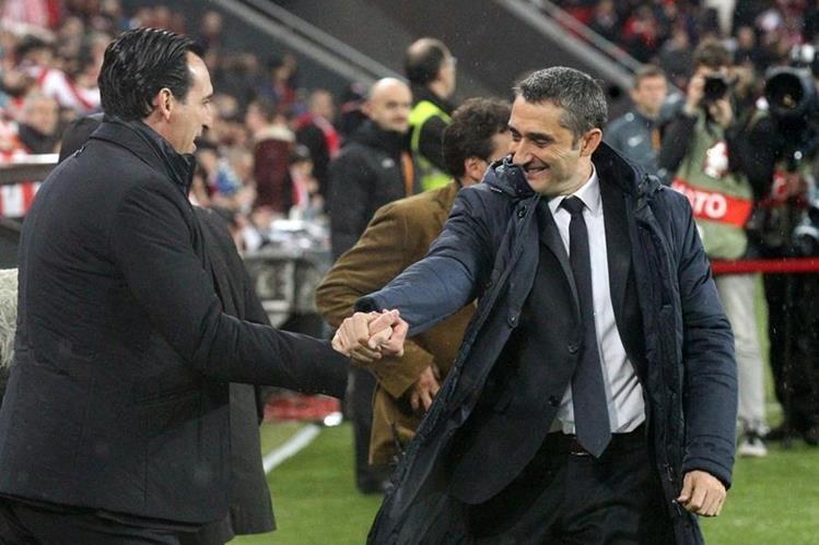 Ernesto Valverde (derecha) saluda al entrenador del Sevilla, Unai Emery. (Foto Prensa Libre: EFE)