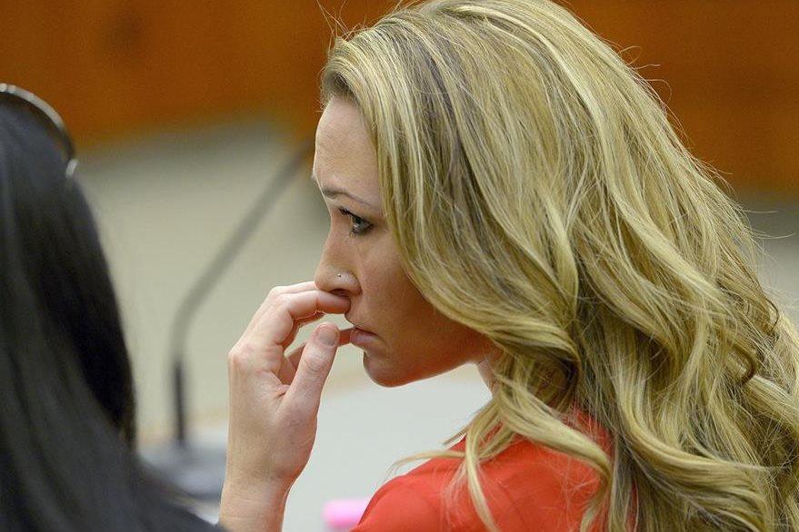 En esta foto de archivo, Brianne Altice, escucha uno de los testimonios que se virtieron en su contra por supuestos abusos sexuales. (Foto Prensa Libre: AP).