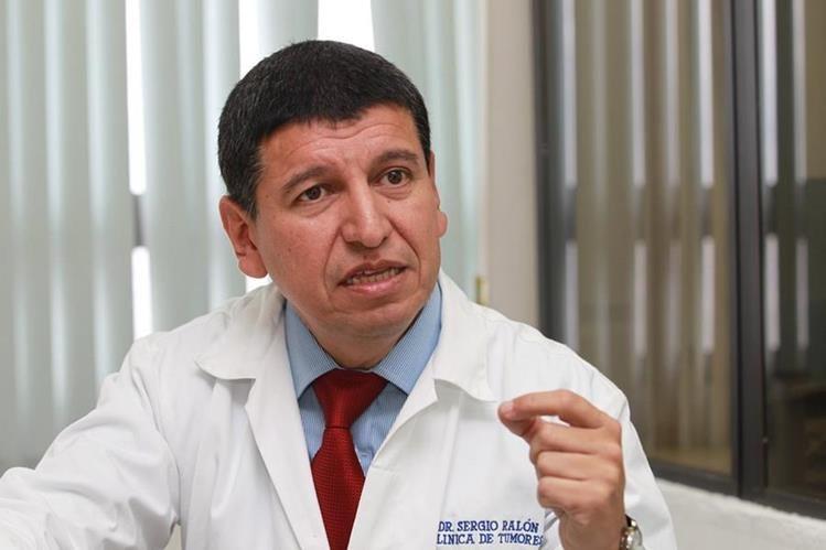 El médico Sergio Ralón atiende la clínica de seno y tumores del Hospital General San Juan de Dios. Foto Prensa Libre: Estuardo Paredes.