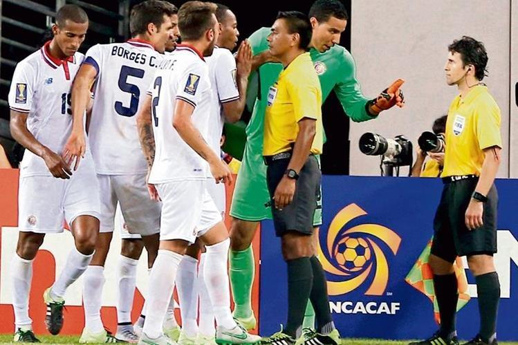 Wálter López recibe los reclamos de los futbolistas costarricenses, en el partido contra los mexicanos. (Foto Prensa Libre: Hemeroteca PL)