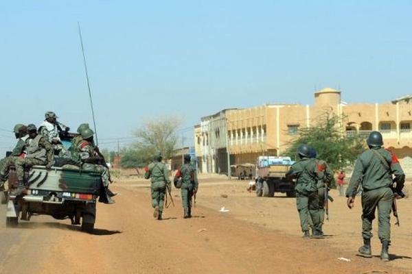 <p>Soldados malienses patrullan el miércoles 30 de enero por la ciudad de Gao. (AFP).<br></p>