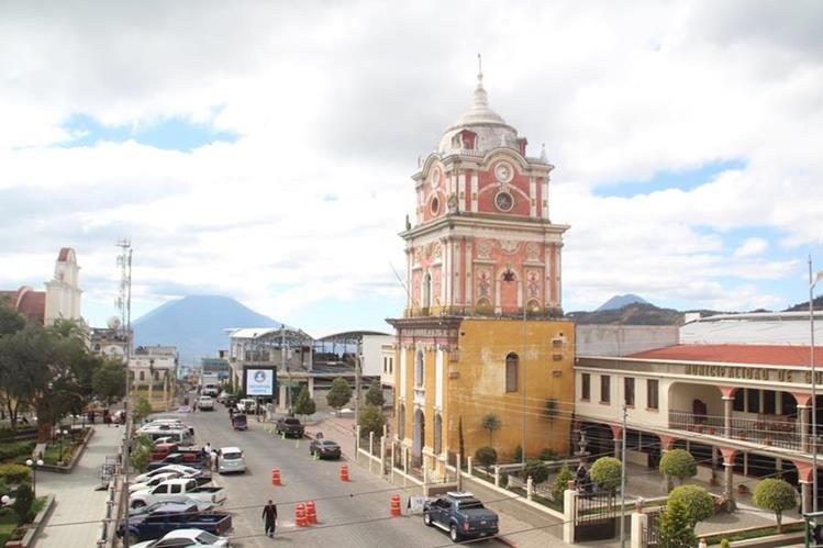 Edificio está ubicada a un costado de la Munipalidad de Sololá. (Foto Prensa Libre: Ángel Julajuj)