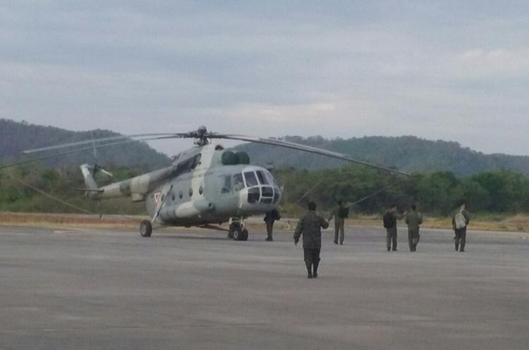 Uno de los helicópteros de la Fuerza Aérea Mexicana que colaboran en los incendios. (Foto Prensa Libre: Rigoberto Escobar)
