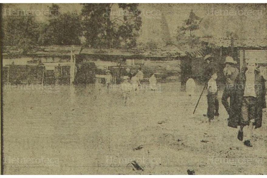 Bomberos auxilian a familias afectadas por correntadas en la zona 12 capitalina en 1970. (Foto: Hemeroteca PL)