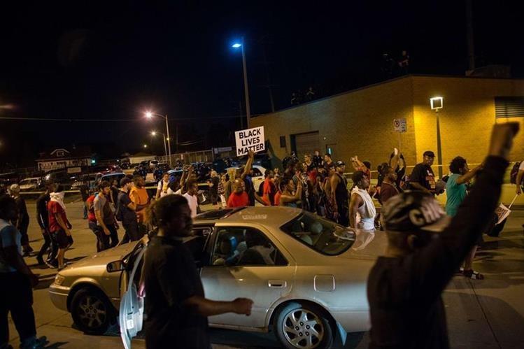 Manifestantes retienen un vehículo en Milwaukee, EE. UU. (Foto Prensa Libre: AFP)
