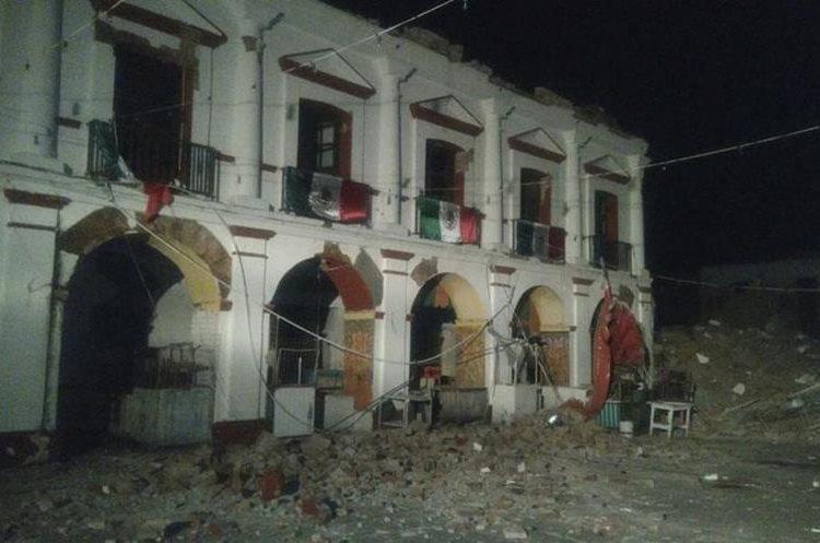 Así quedó el Palacio de Juchitán en el estado de Oaxaca, México, después del terremoto de anoche. (Foto Prensa Libre: EFE)