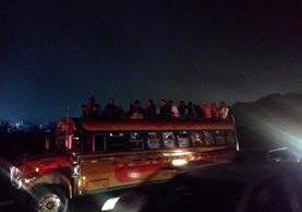 En abril último en la ruta al Pacífico fue sancionado un piloto que llevaba a más de una decena de pasajeros en el techo del bus. (Foto Prensa Libre: Dalia Santos).