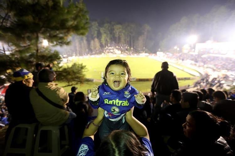 La pequeña Jimena Aracely Pop Soto asistió con su familia para dar su apoyo a los cobaneros. (Foto Prensa Libre: Edwin Fajardo)
