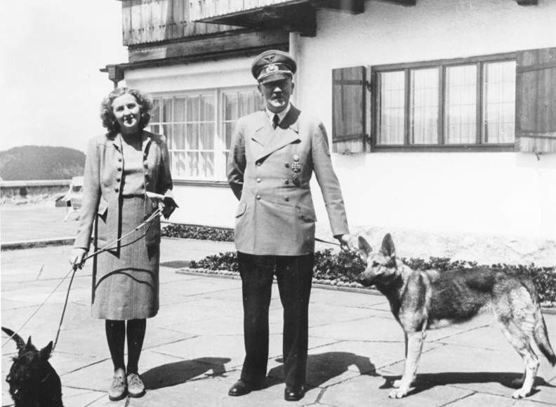 Eva Braun, junto a Adolfo Hitler en una foto fechada en junio de 1942. (Foto tomada del sitio: biografiasyvidas.com).