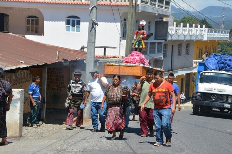 Un grupo de devotos carga imagen de San Isidro Labrador. (Foto Prensa Libre: Édgar Sáenz).