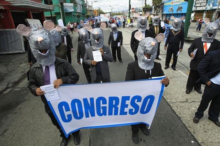 Durante la marcha del 20 de Octubre en la capital, las personas criticaron la corrupción en el Congreso. (Foto Prensa Libre: Carlos Hernández Ovalle)