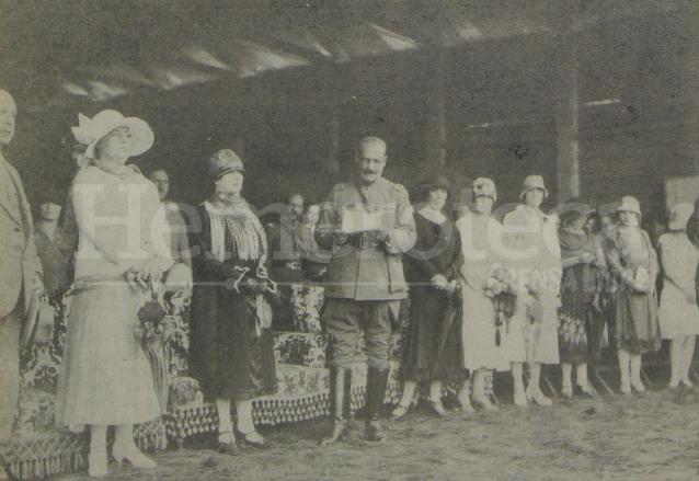 1924: El presidente José María Orellana durante una recepción. Le acompaña un grupo de damas de la sociedad guatemalteca. (Foto: Hemeroteca PL)