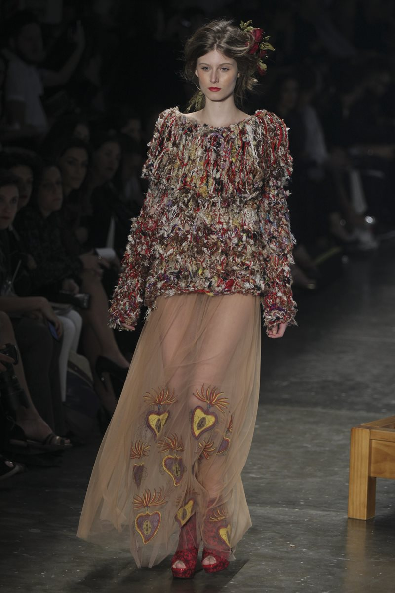 La mezcla de telas y texturas fueron el plato fuerte durante la presentación del Sao Paulo Fashion Week  (Foto Prensa Libre: EFE).