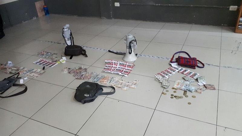 Artículos y dinero decomisados a los cuatro integrantes de Bono el Amigo capturados en Jalapa. (Foto Prensa Libre: Hugo Oliva)