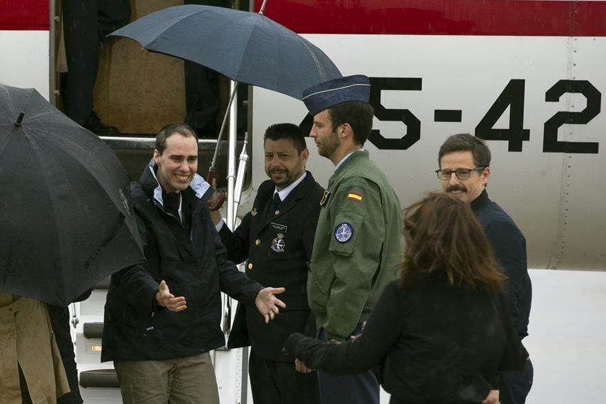 Antonio Pampliega (izquierda), se dispone a abrazar a una familiar después de habe aterrizado en Madrid. (Foto Prensa Libre: AFP).
