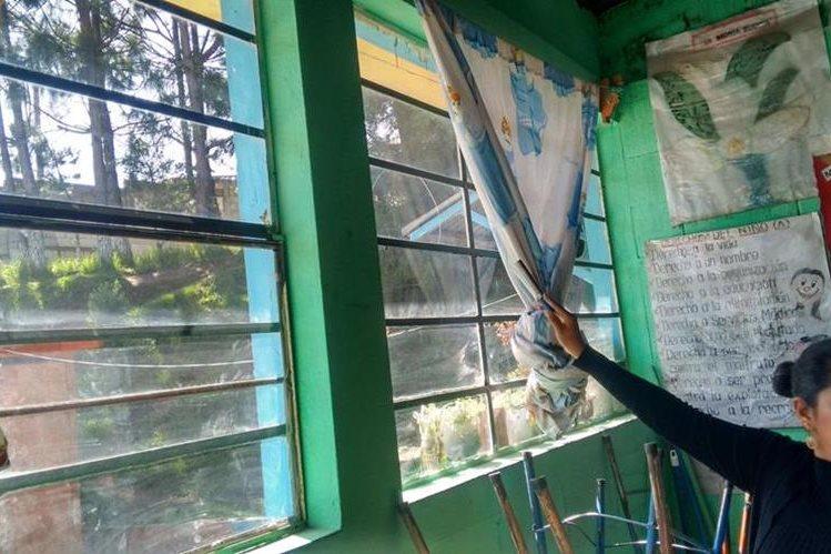 Una maestra señala daños provocados por un sismo ocurrido en el 2012. (Foto Prensa Libre: Hemeroteca PL)