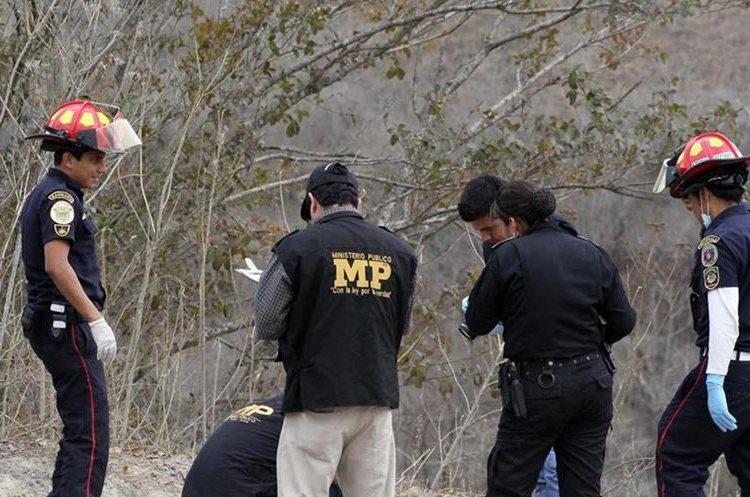 Investigadores del Ministerio Público inspeccionan el lugar del hallazgo. (Foto Prensa Libre: Hugo Oliva).