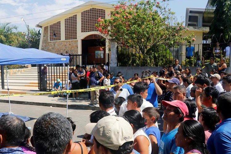 Curiosos permanecen en el lugar de la tragedia, en Nuevo San Carlos, Retalhuleu. (Foto Prensa Libre: Rolando Miranda).
