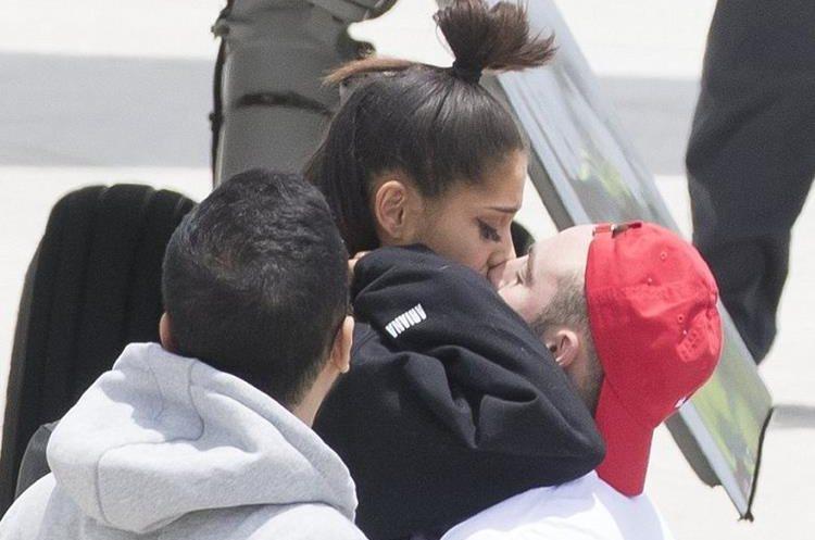 Grande es consolada por su novio a su arribo en Boca Ratón, Florida. (Foto Prensa Libre:Cortesía)